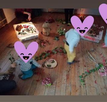enfants qui manipulent des feuilles dans une salle ambiance automnale