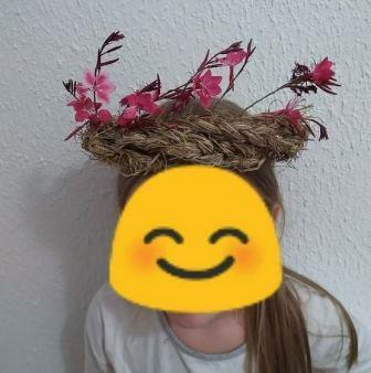 enfant portant sur la tête une couronne automnales