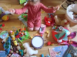 enfants avec beaucoup de jouets das sa chambre autour de lui