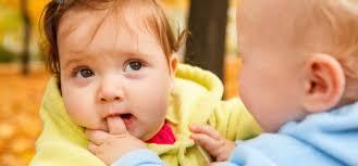 enfant qui mord le doigt d'un autre enfant
